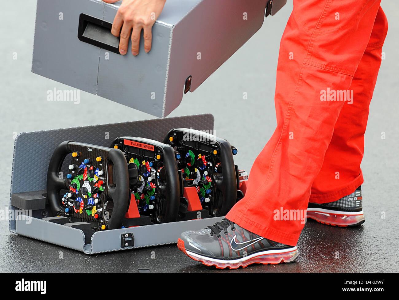 Ein Mann schließt die Transportbox für die Lenkräder des Toyota Motorsport am Nürburgring in Stockbild
