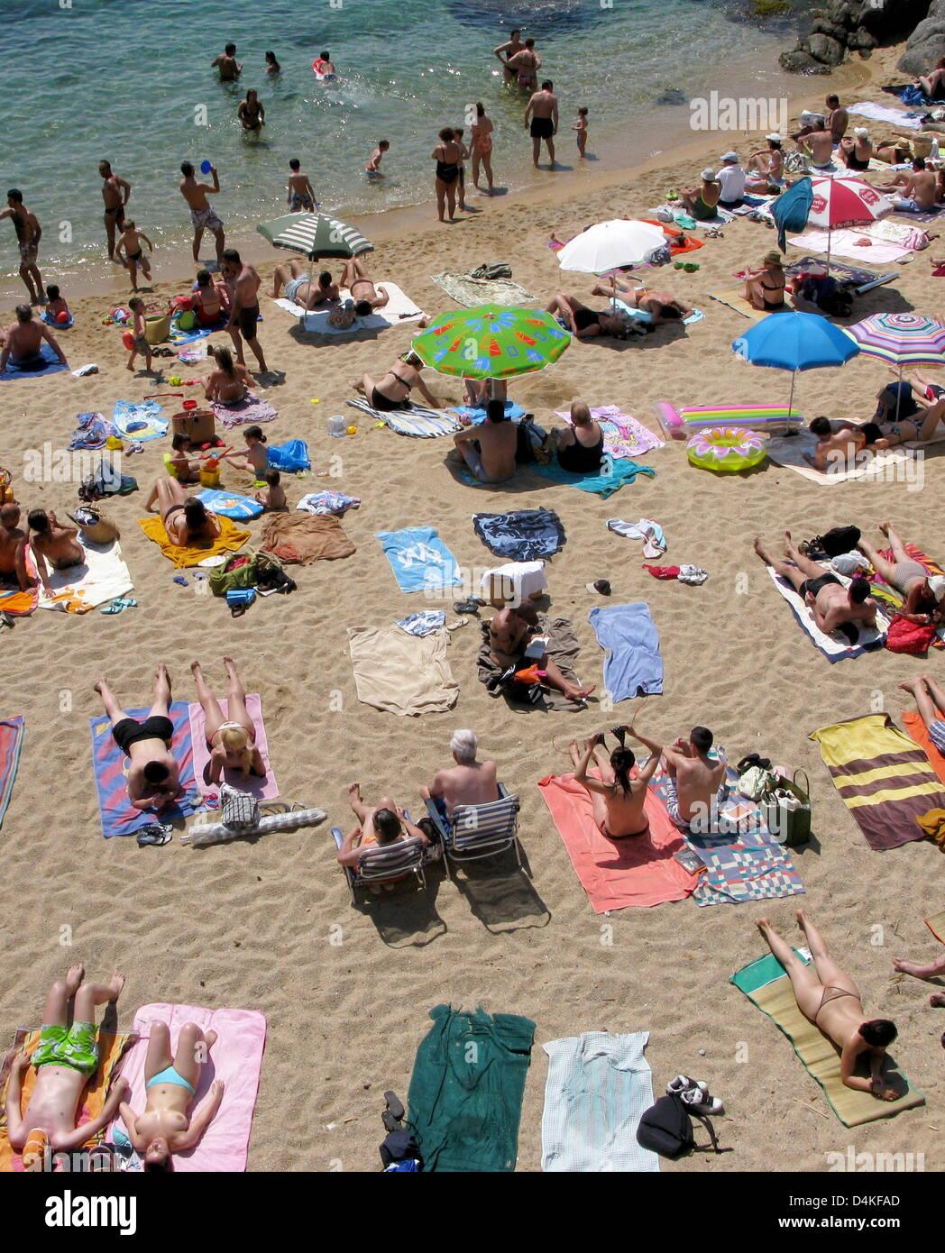 Das Bild zeigt den beliebten Strand der Stadt Calella de Palafrugell an der Costa Brava, Spanien, 1. Juni 2009. Stockfoto