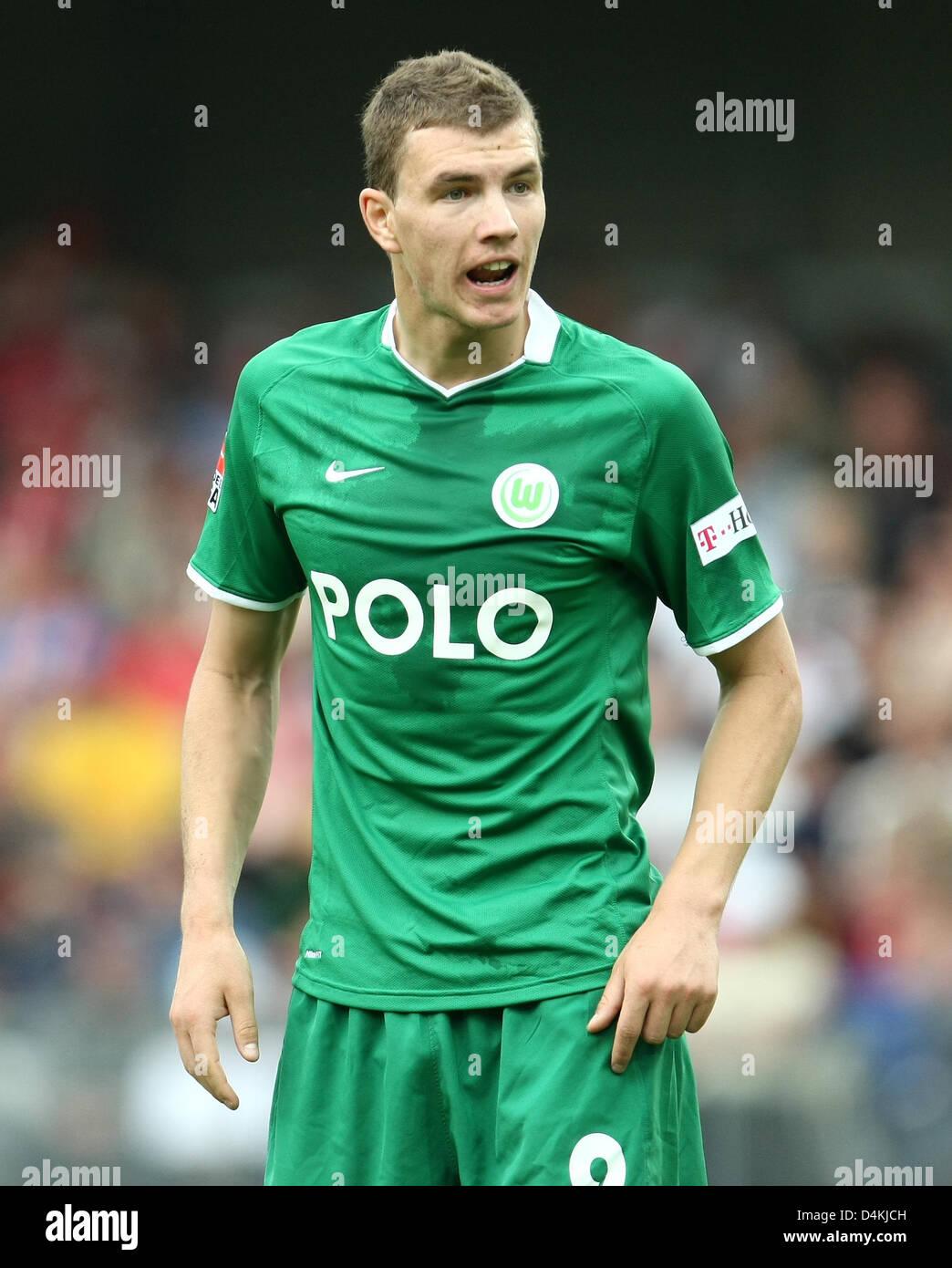 Wolfsburg? s Edin Dzeko schreit während der Bundesliga match