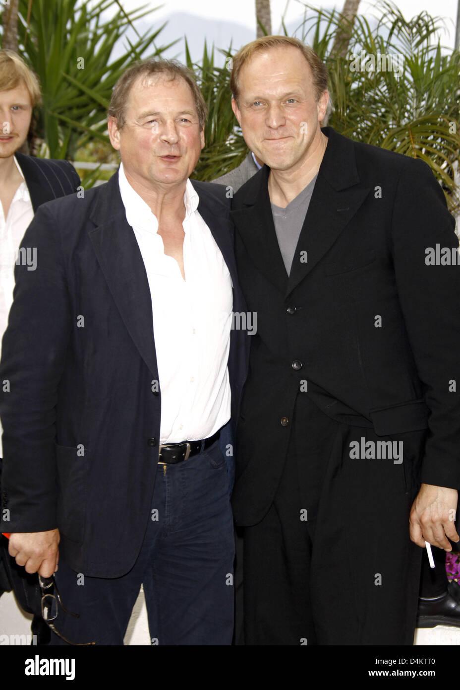 Schauspieler Burghart Klaußner (L) und Ulrich Tukur posieren vor der Pressekonferenz des Films? Das weiße Stockbild