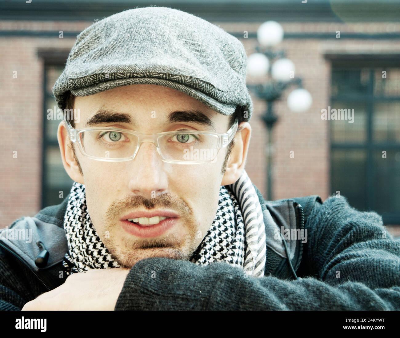 Kopf und Schultern Porträt des Mannes im freien trendigen Hut und Blick direkt in die Kamera Stockbild