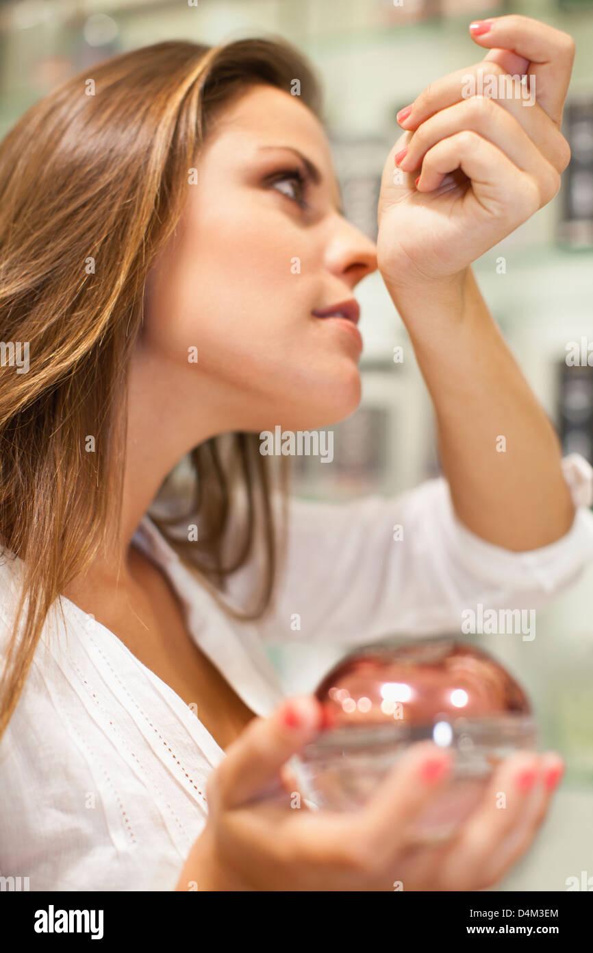 Frau versucht auf Düfte im Shop Stockbild