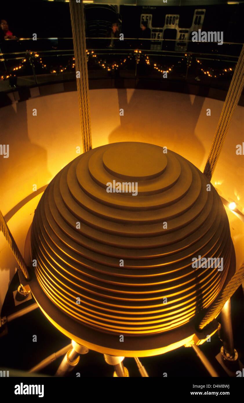 730 Tonnen Tuned Mass Damper TMD reduziert von Taipei 101 Gebäude benimmt sich wie ein riesiges Pendel schwingen Stockbild