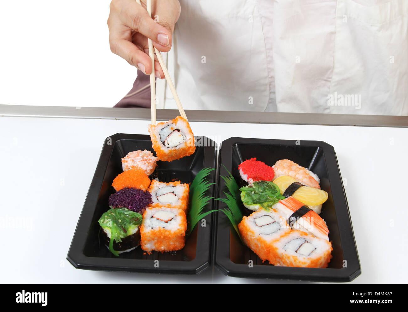 nahaufnahme bild von hand und ess st bchen bereiten sushi japanisches essen stockfoto bild. Black Bedroom Furniture Sets. Home Design Ideas