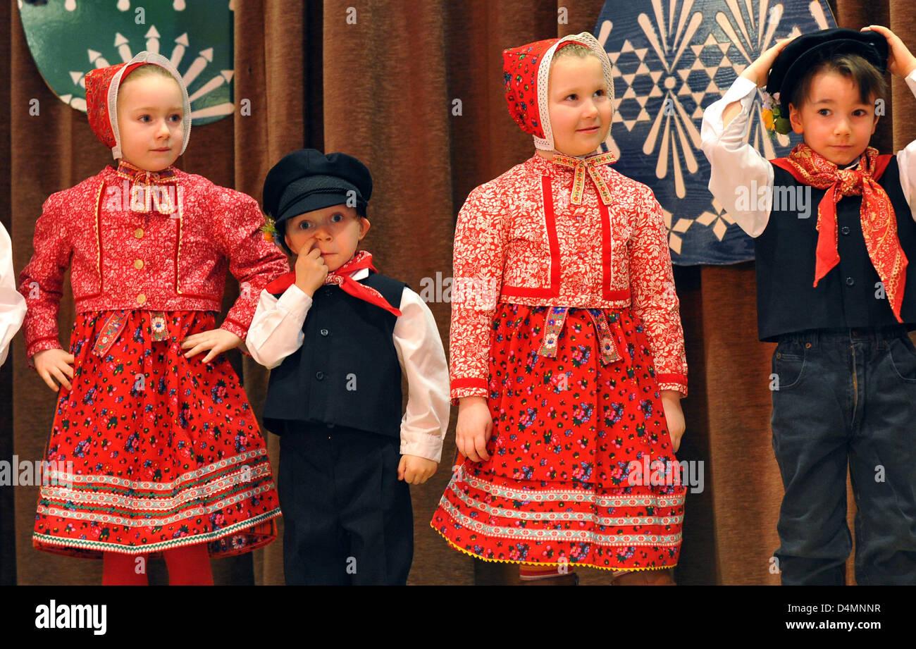 Kinder In Kostümen Der 16. Sorbische Osterei-Markt In