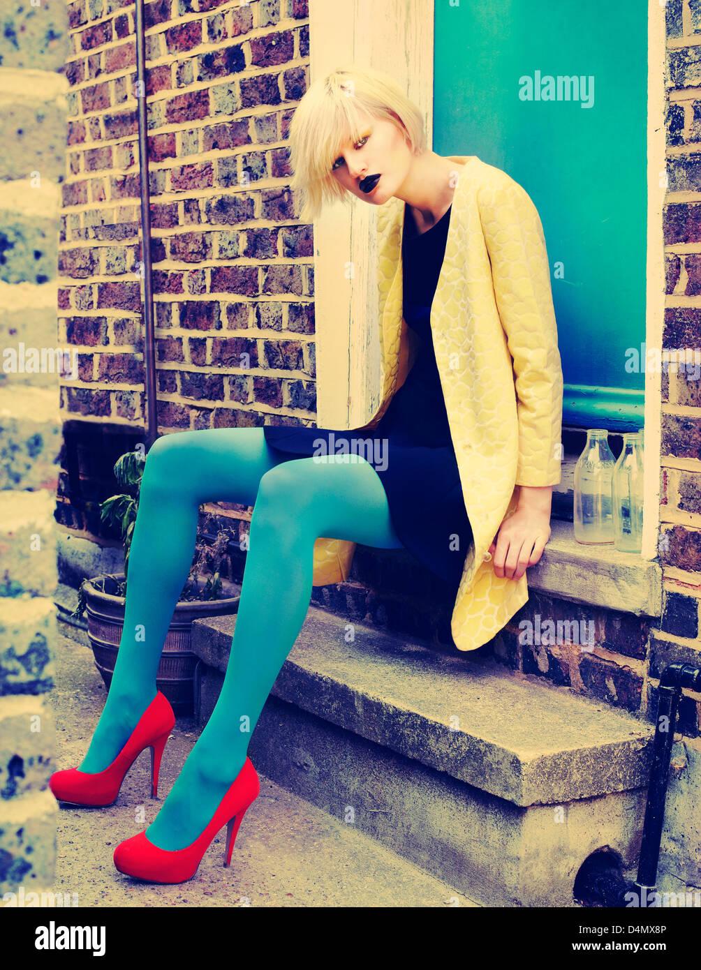 blonde Mädchen auf der Straße Stockbild