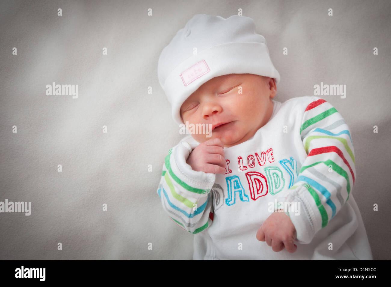 Baby Mädchen (8 Tage alt) in ein sehr weiches Licht (ein leichtes Zelt) genommen. Hut zu lesen'süß' und oben liest Stockfoto