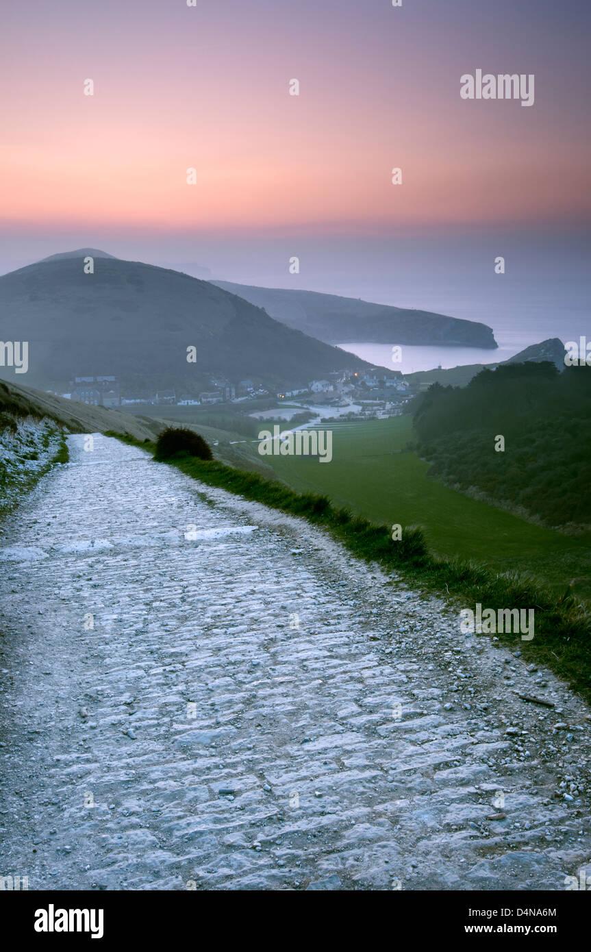 Zeigen Sie in Richtung Lulworth Cove aus Hambury Tout im Morgengrauen an, Dorset. Stockfoto