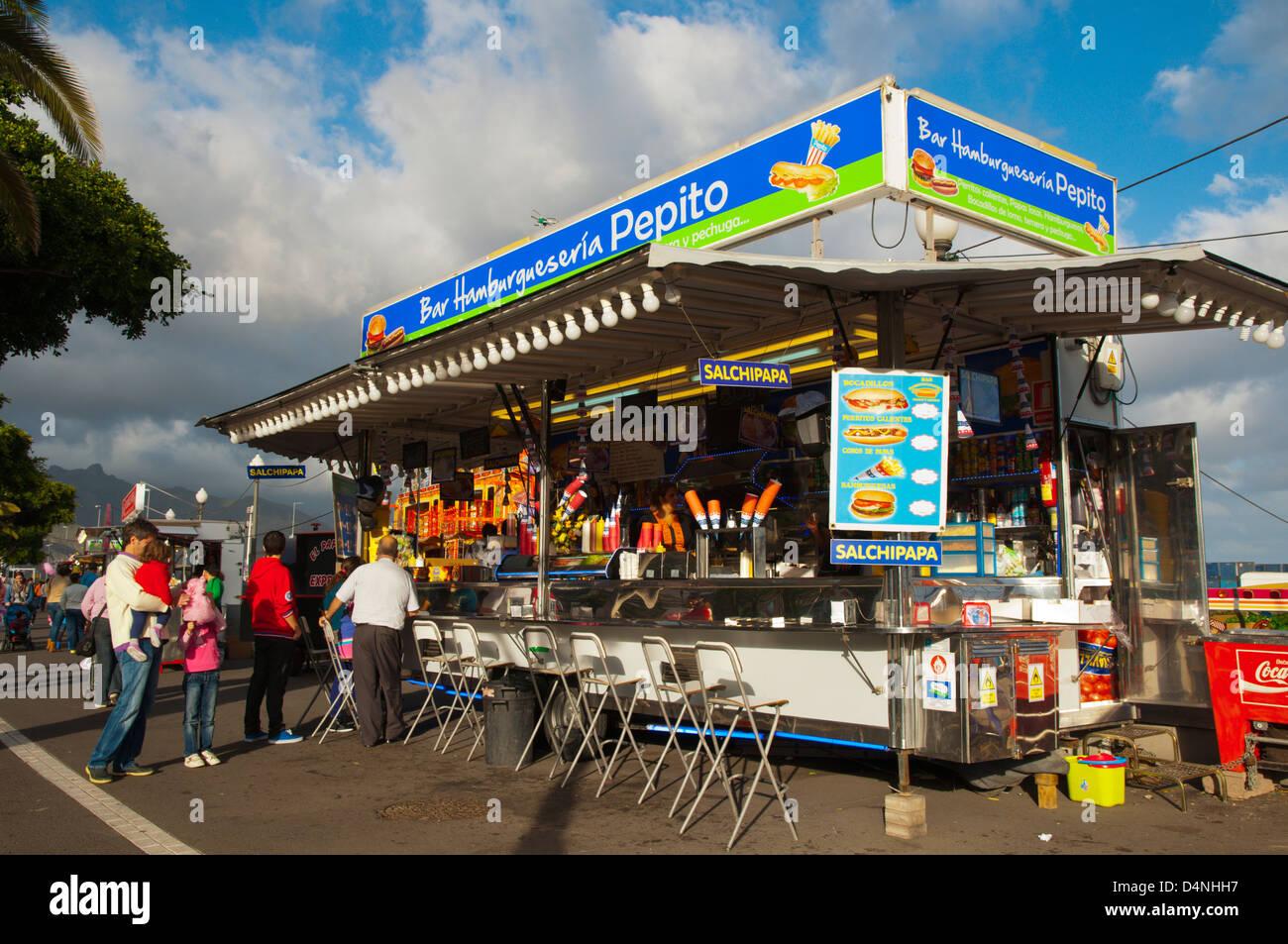 Fast-Food Kiosk am Jahrmarkt während Karneval Santa Cruz Stadt Teneriffa Insel Kanaren Spanien Stockbild