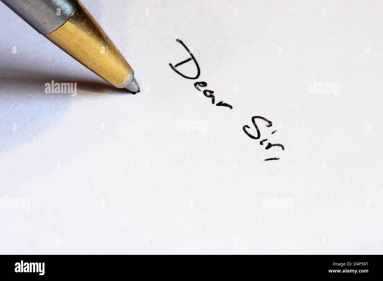 Sehr geehrter Herr mit einem Kugelschreiber zu schreiben Stockbild