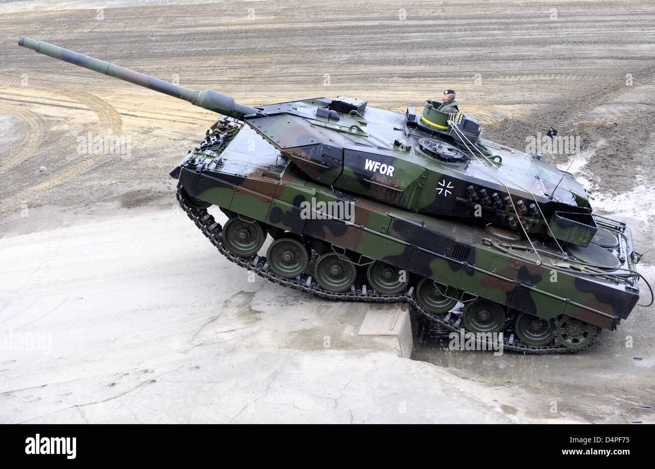 ein panzer der bundeswehr leopard 2 a6 kreuzt ein hindernis w hrend des man vers werbung die. Black Bedroom Furniture Sets. Home Design Ideas