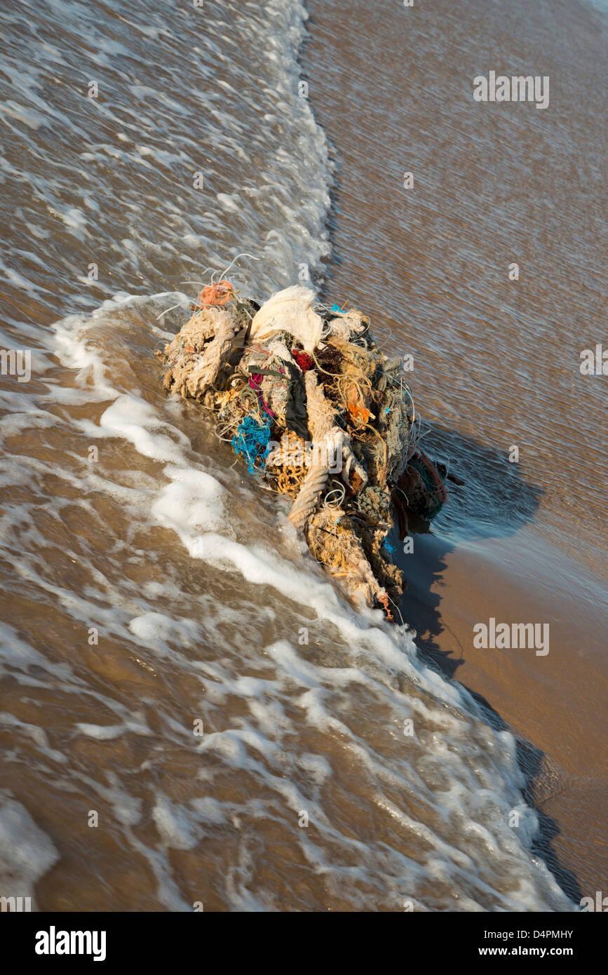 verworfen oder verlorene Fischernetze an einen Strand gespült Stockbild
