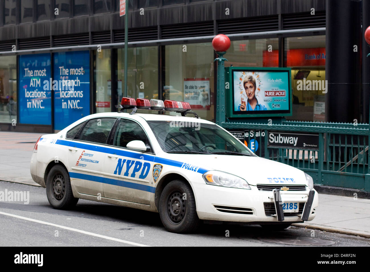 nypd chevrolet impala polizei auto in der n he von u bahn in new york city usa stockfoto bild. Black Bedroom Furniture Sets. Home Design Ideas