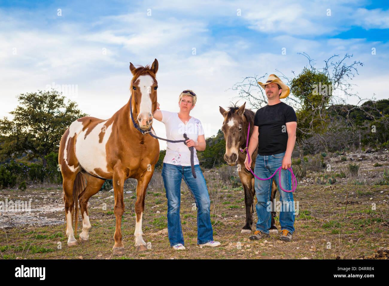 Älteres Paar mit Pferden, männliche 50 kaukasischen, weiblich 45 kaukasischen, Texas, USA Stockfoto
