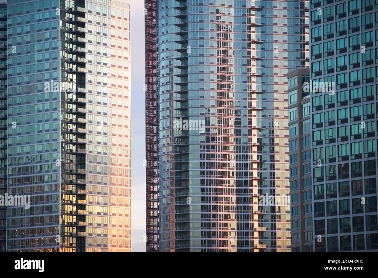 Windows der städtischen Wolkenkratzer Stockbild