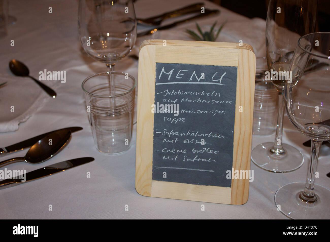 Ein Menü In Deutsch Auf Einer Tafel Auf Einem Weißen Tisch