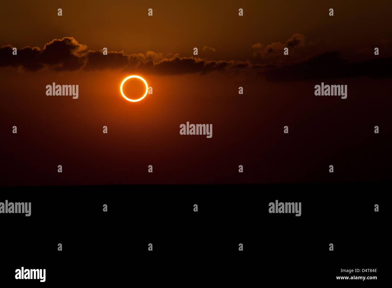 Totalität während ringförmige Sonnenfinsternis mit Ring des Feuers. Stockbild