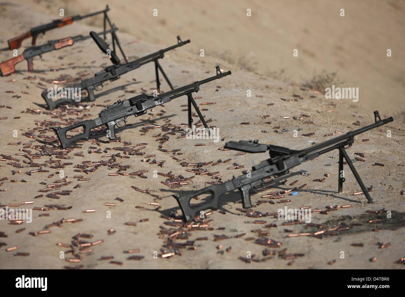 PK Maschinengewehre und verbrauchte Patronen auf dem Schießplatz. Stockbild
