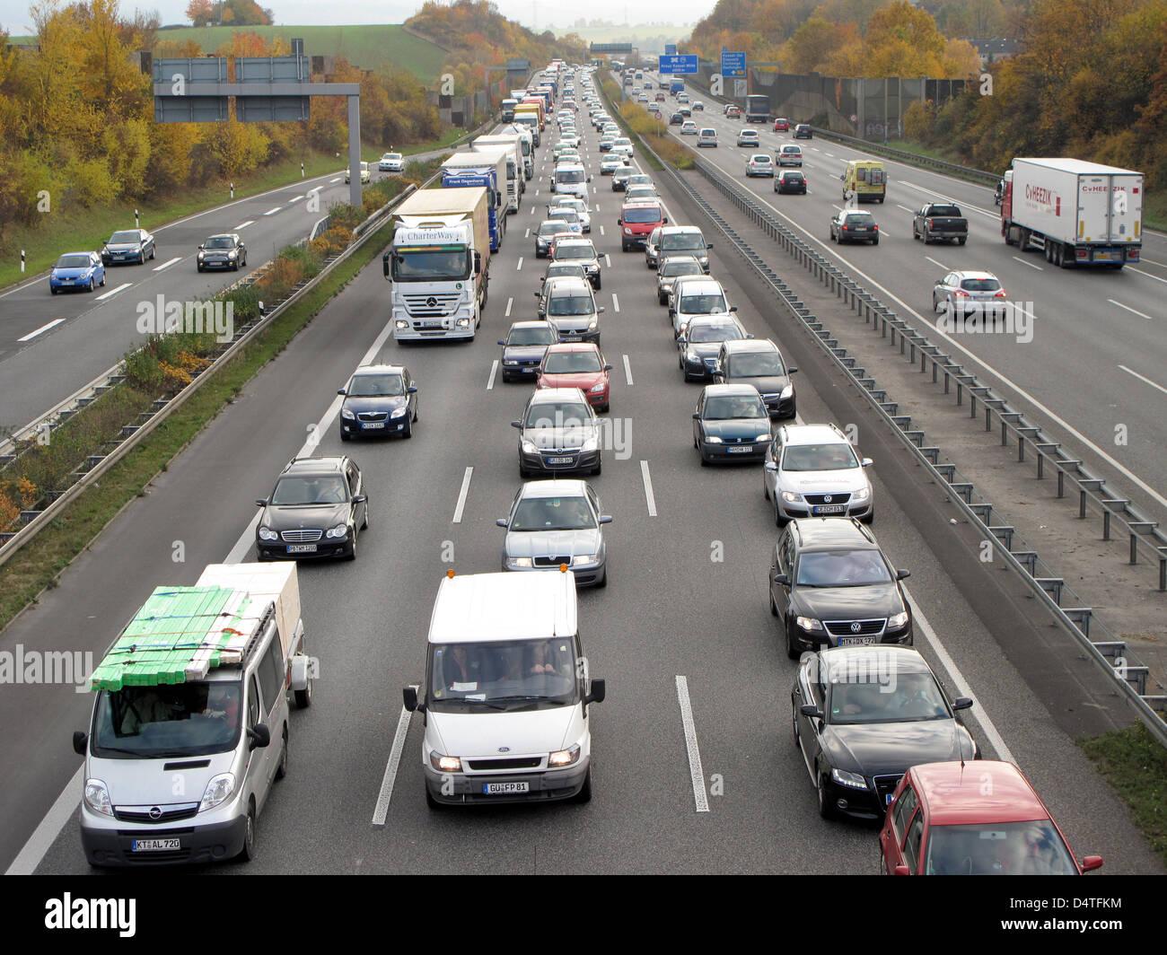 Ein Stau Ist Auf Der Autobahn A7 Zwischen Kassel Und