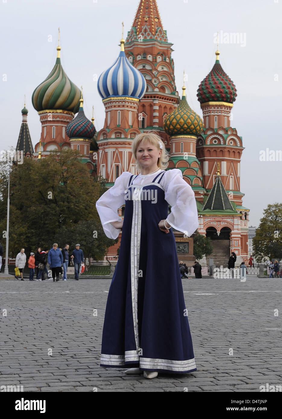 Eine Folklore Sangerin In Traditionelle Russische Kleidung Posen Vor