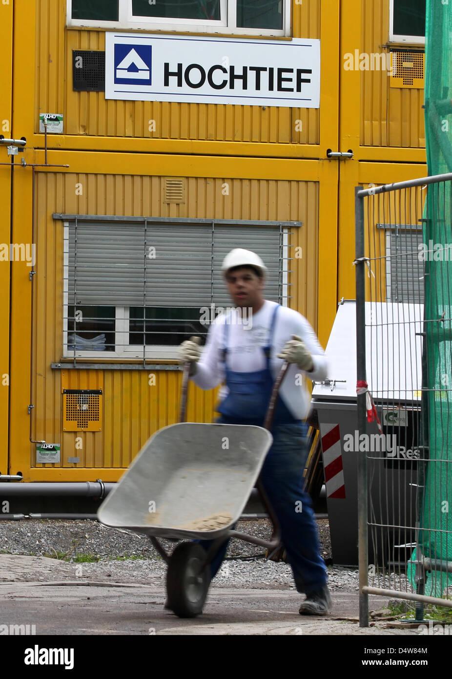 Ein Arbeiter Der Baufirma Hochtief Schiebt Bin Freitag