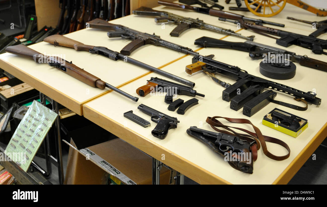 Zahlreiche Waffen und Munition werden auf einem Tisch im Rahmen ...