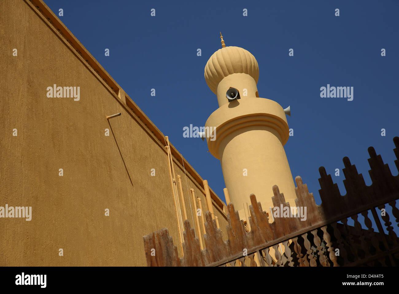 Turm der Moschee mit Lautsprechern, Dubai, Vereinigte Arabische Emirate Stockfoto
