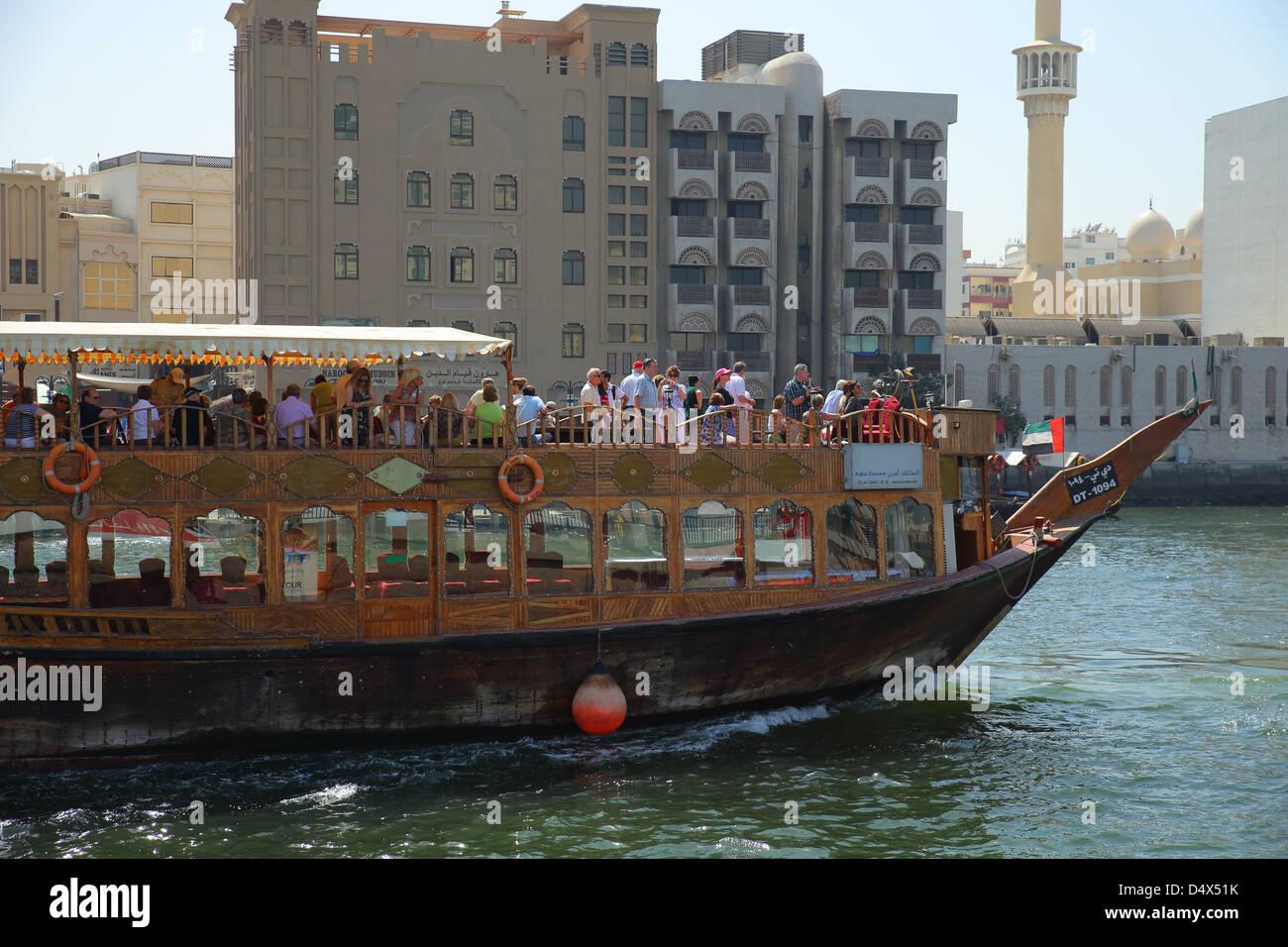 Touristen an Bord eines Schiffes auf dem Dubai Creek, Vereinigte Arabische Emirate Stockbild