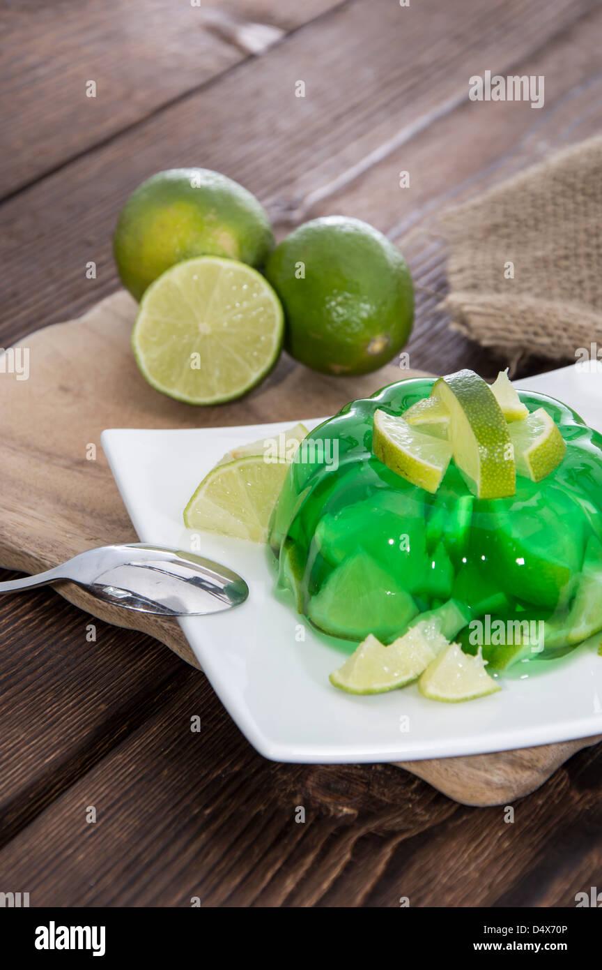Lime Jello mit frischen Früchten im Hintergrund Stockbild