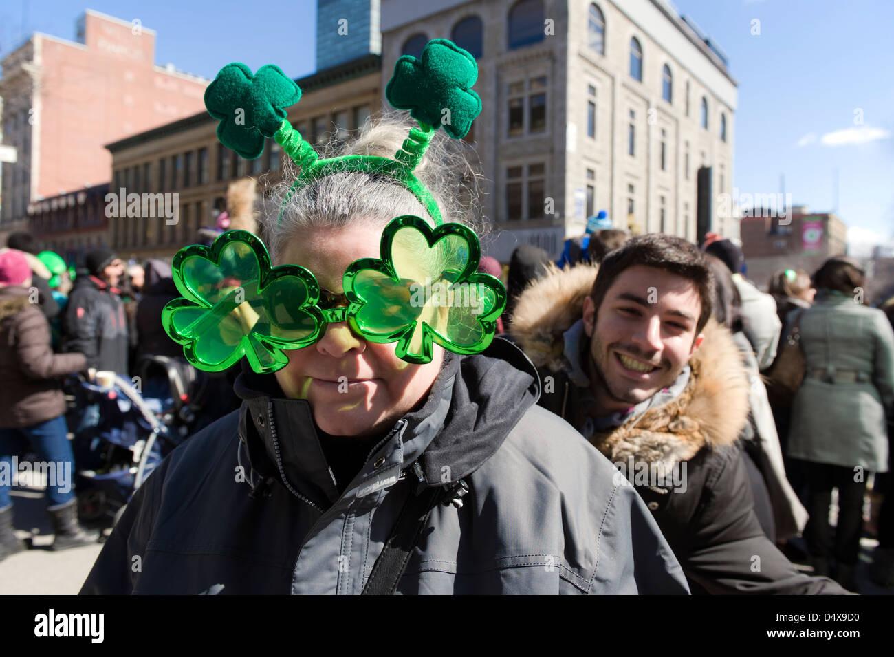 Frau trägt Irisches Kleeblatt Sonnenbrillen und Antennen am St. Patricks Day parade in Montreal, Provinz Quebec, Stockbild