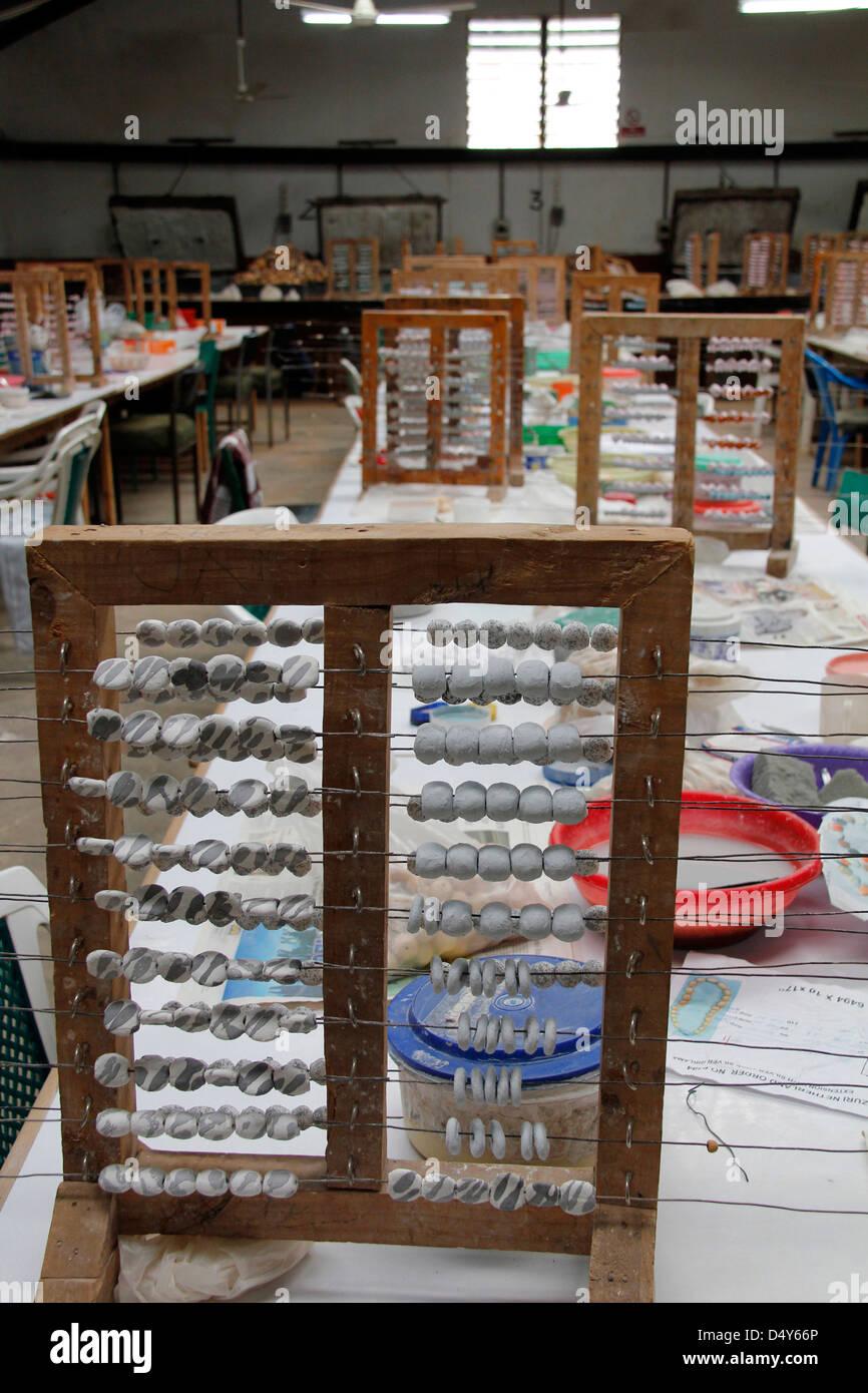 Afrika, Kenia, Nairobi. Wulst Wäscheständer an der Kazuri Perlen machen Fabrik in Nairobi. Stockbild