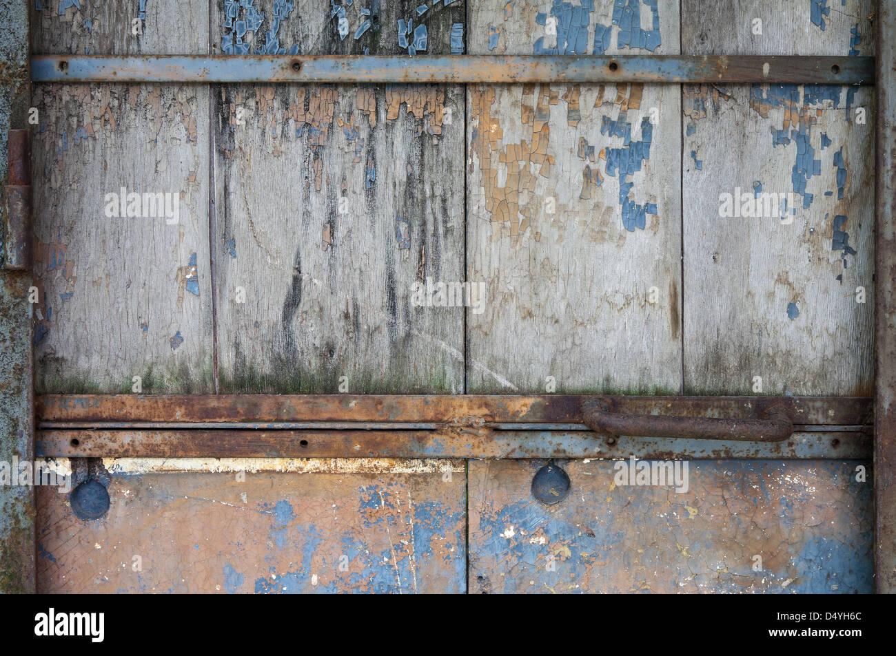 Vintage Tür vintage tür mit zerlumpten farbe auf hölzernen planken nahaufnahme