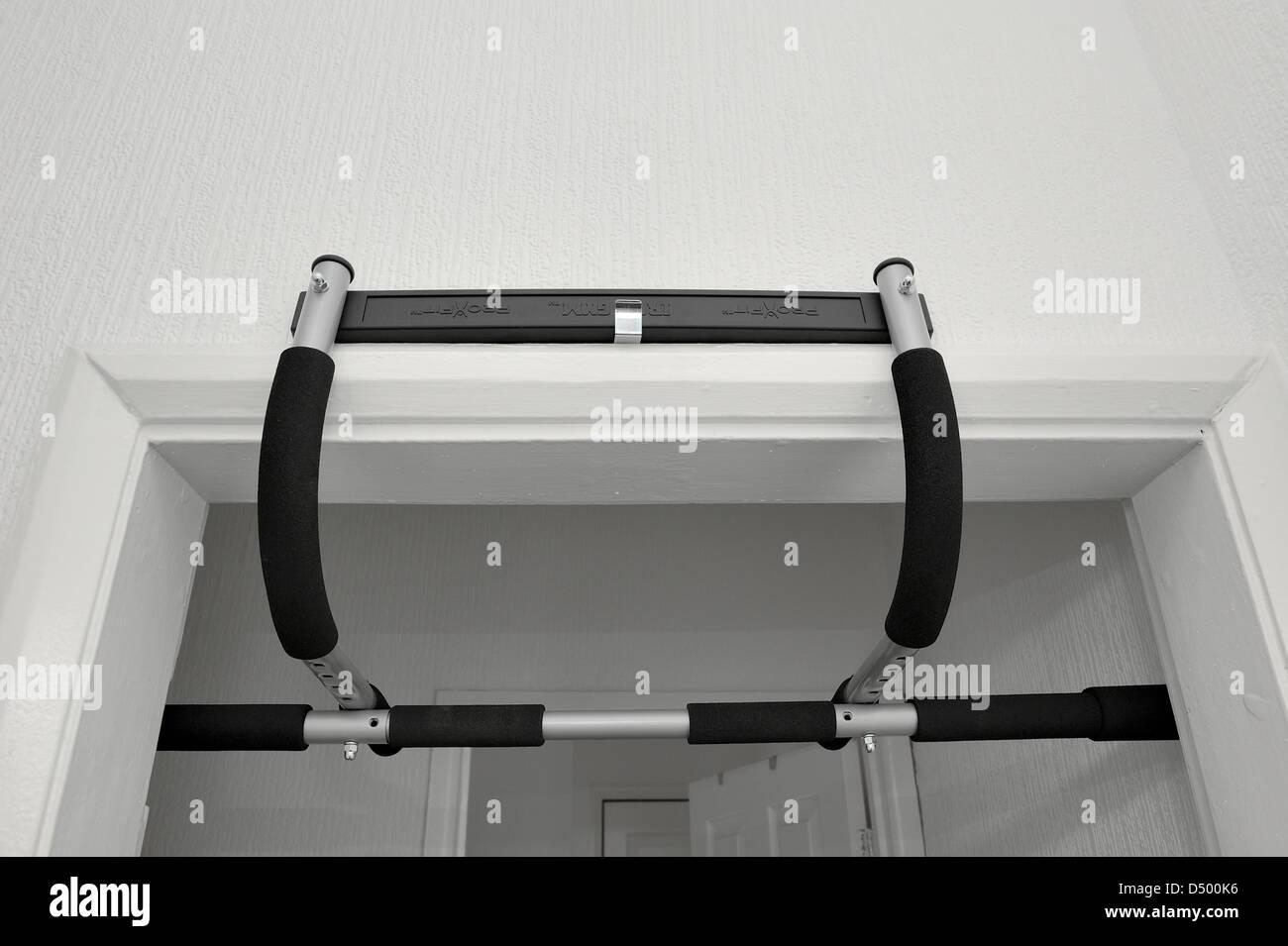 pro Fit tragbares Fitness-Studio trainieren Übung Bar an die Spitze eines Türrahmens montiert Stockbild