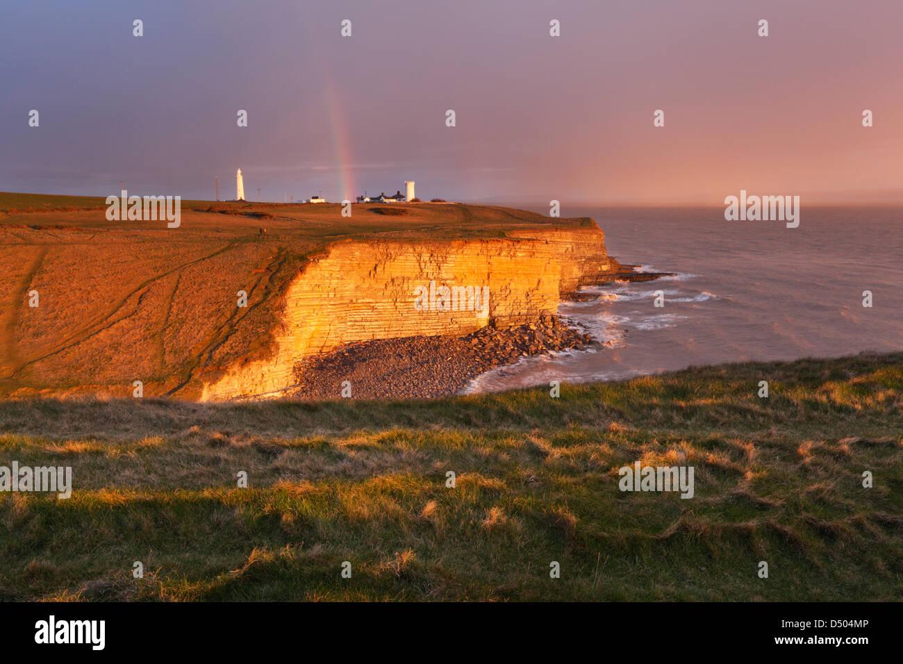 Regenbogen über Nash Punkt bei Sonnenuntergang. Glamorgan Heritage Coast. Vale von Glamorgan. Wales. VEREINIGTES Stockbild