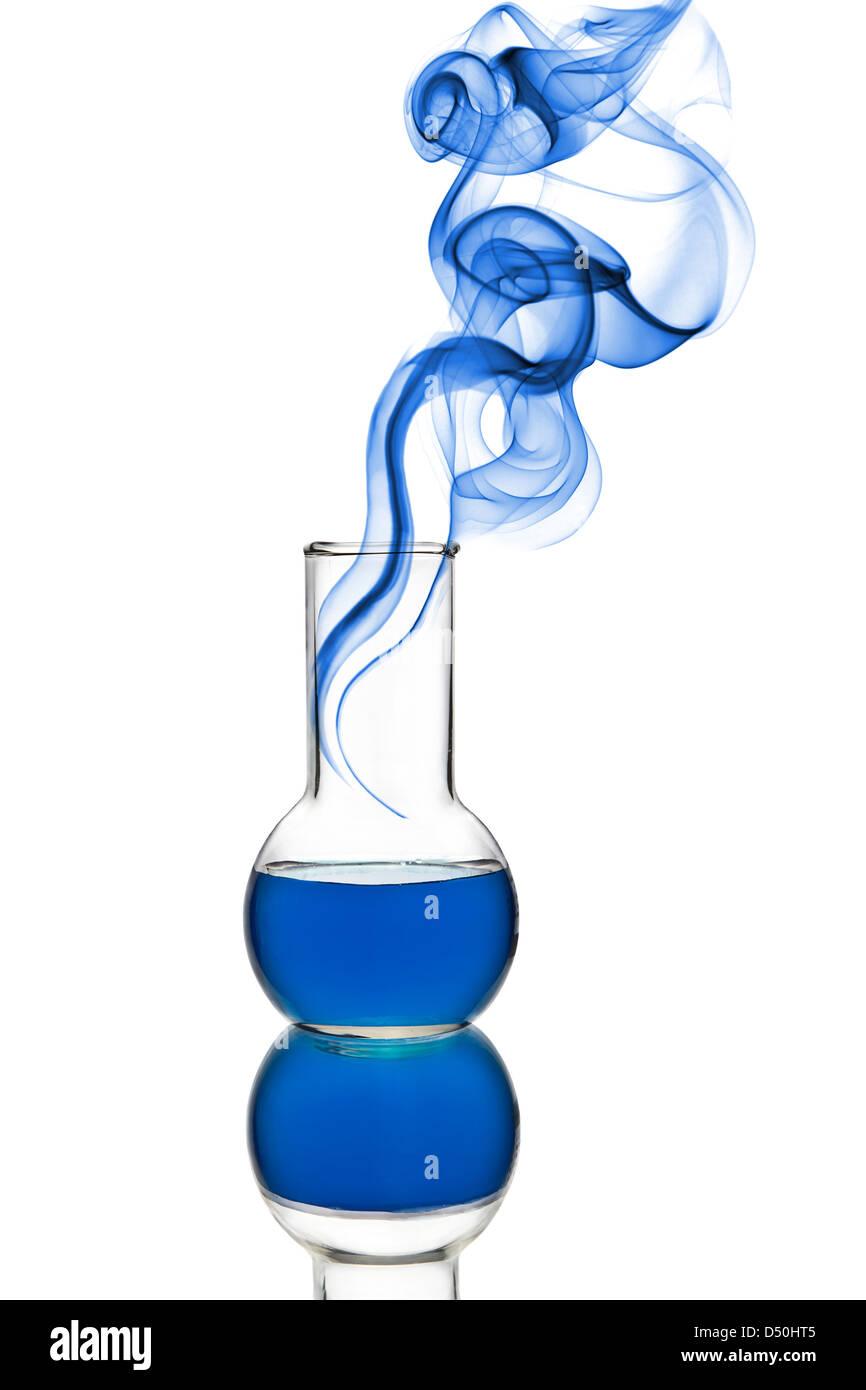 chemischen Kolben mit blauer Flüssigkeit und Rauch isoliert Stockbild