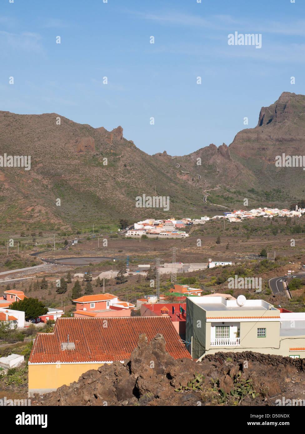Panoramablick auf Santiago del Teide und die kurvenreiche Straße nach Masca des Teno-Massivs in Teneriffa, Kanarische Stockfoto