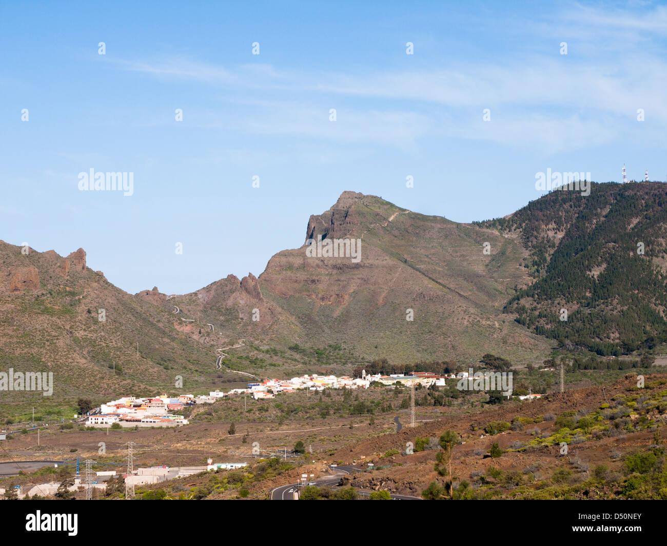 Panoramablick auf Santiago del Teide und die kurvenreiche Straße nach Masca des Teno-Massivs in Teneriffa, Stockbild