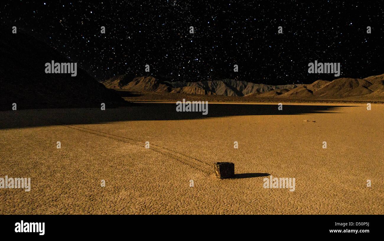 Geheimnisvolle Racetrack Playa im Death Valley unter dem Nachthimmel Stockbild