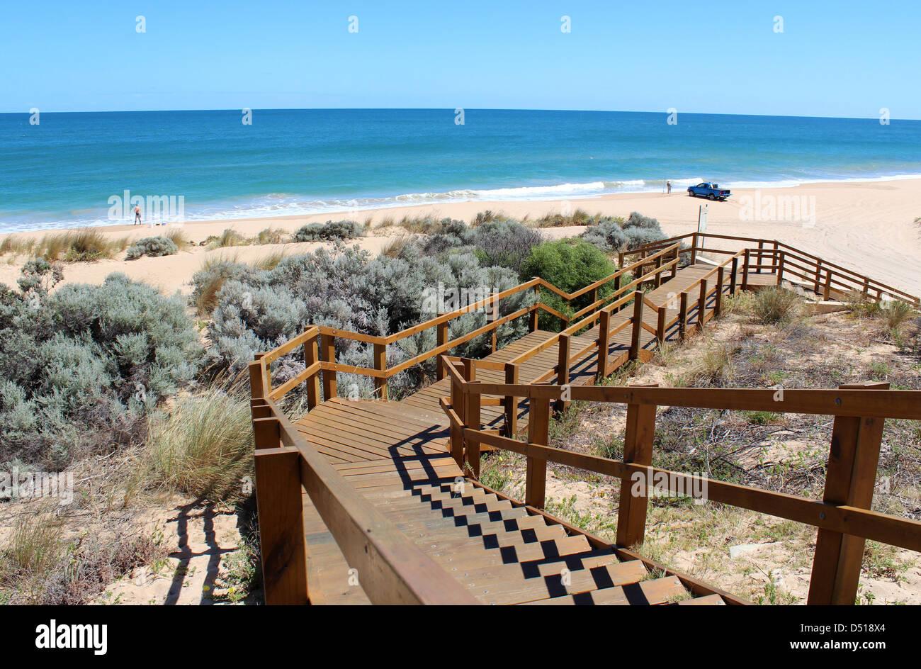 Holzsteg führt bis zum Indischen Ozean im Buffalo Beach in der Nähe von Bunbury Western Australia eine beliebte Stockfoto