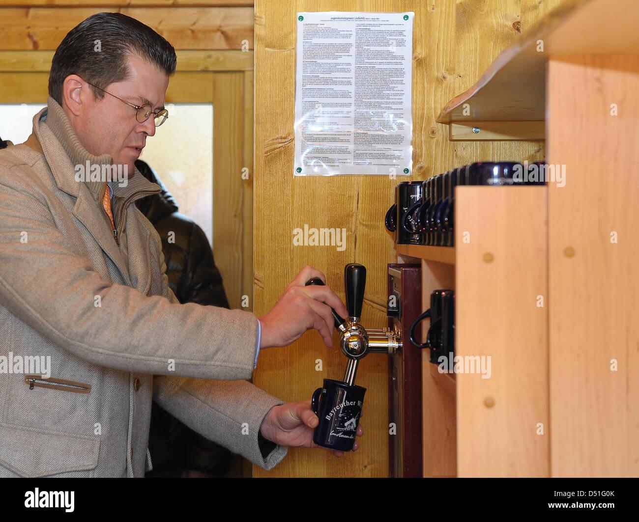 German Defence Minister Theodor Zu Guttenberg verkauft Glühwein im Winter Village in Bayreuth, Deutschland, Stockbild