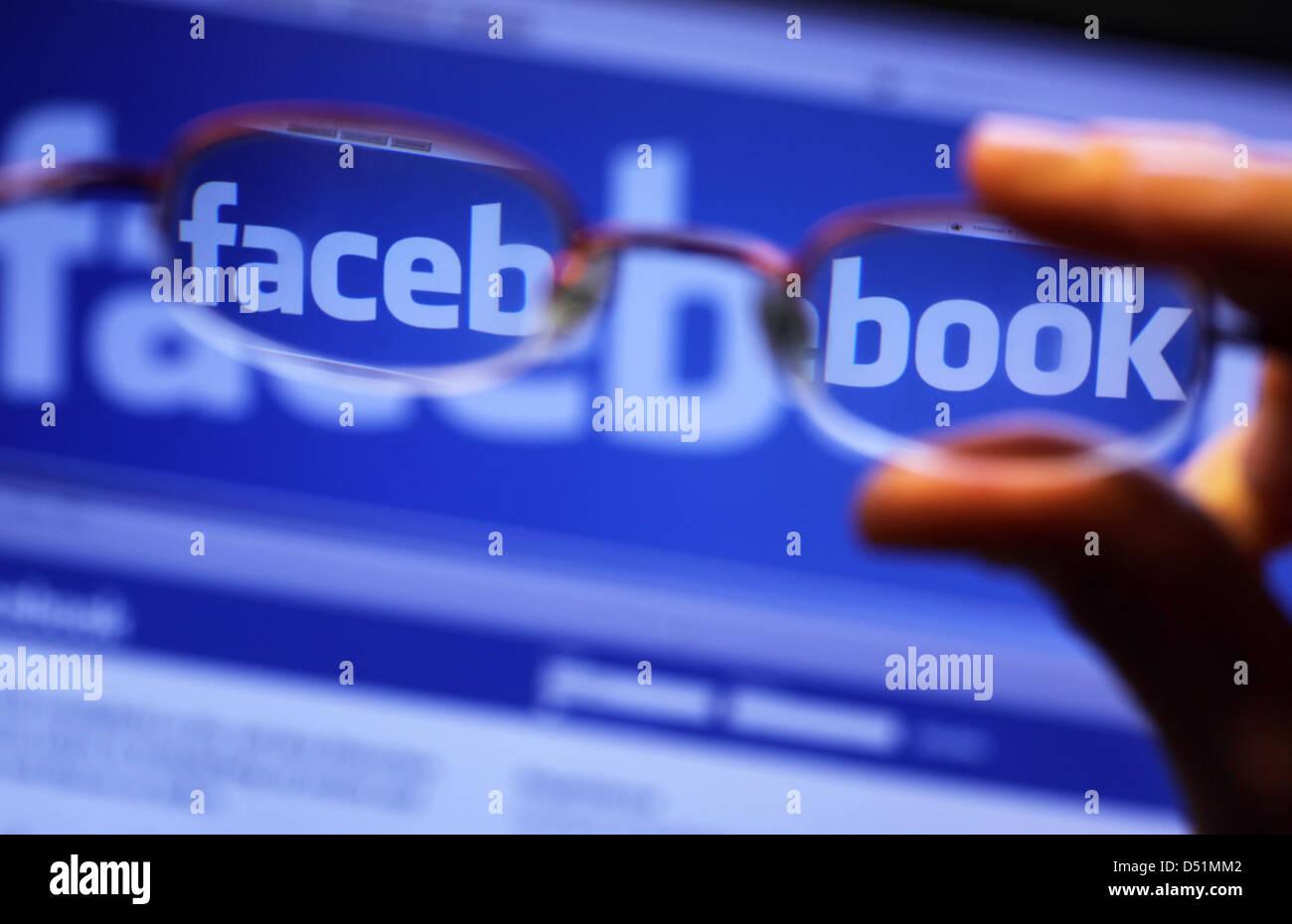 """Ein Datei-Bild vom 16. November 2010 zeigt das Logo auf der Titelseite der Website """"Facebook"""" durch Lesebrille Stockbild"""