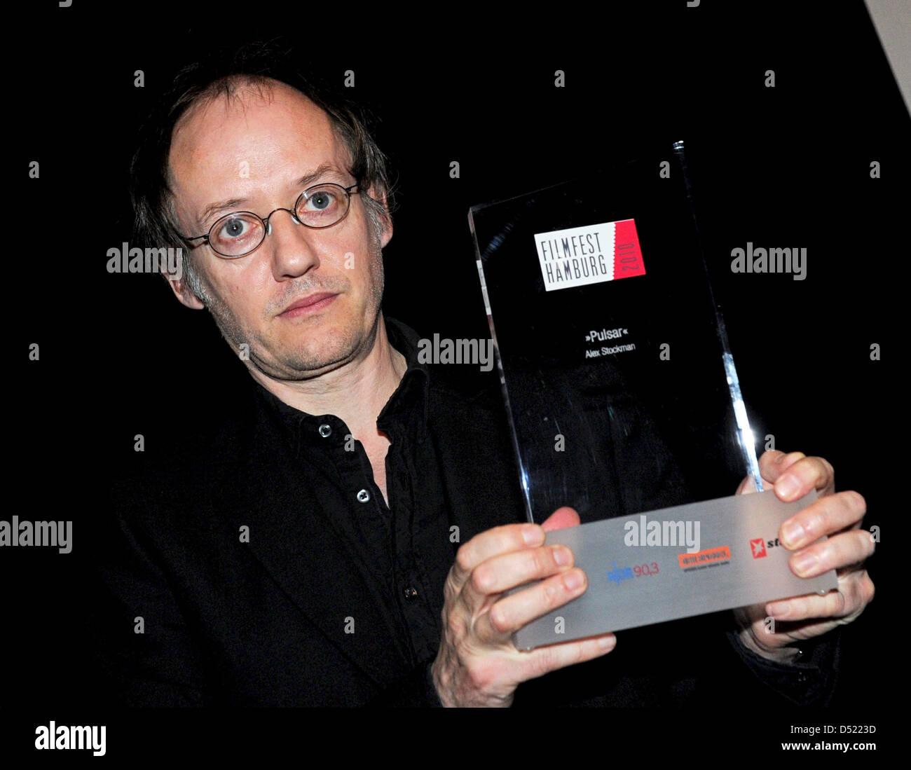 Deutscher Regisseur Alex Stockmann lächelt mit seinem Hamburger Kritiker an der 18. Filmfest Hamburg in Hamburg, Stockbild