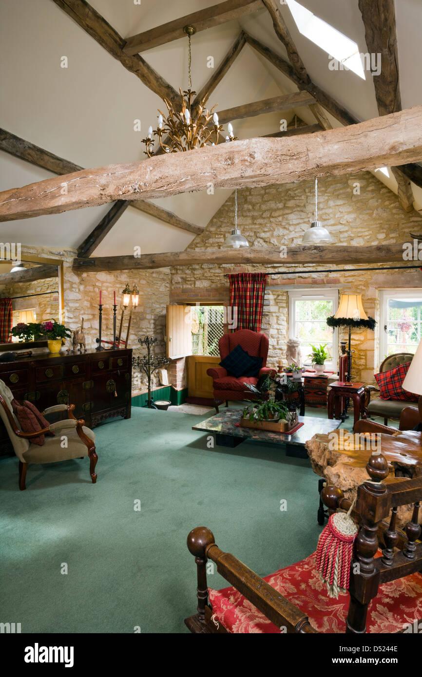 Ein shabby chic Wohnzimmer mit antiken Möbeln und einem offenen ...