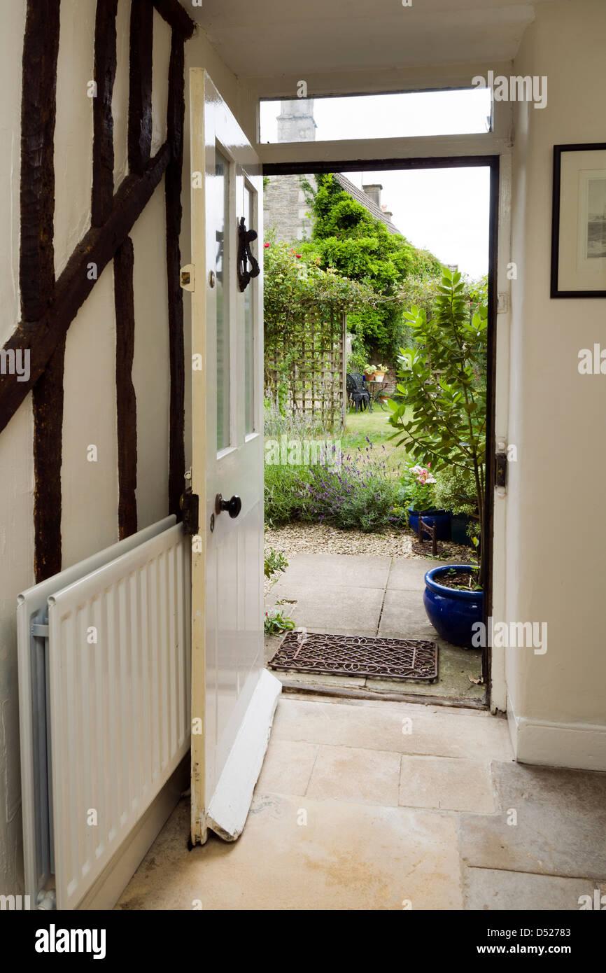 Offene haustür  Eine offene Haustür einer Periode Hütte von innen nach außen mit ...