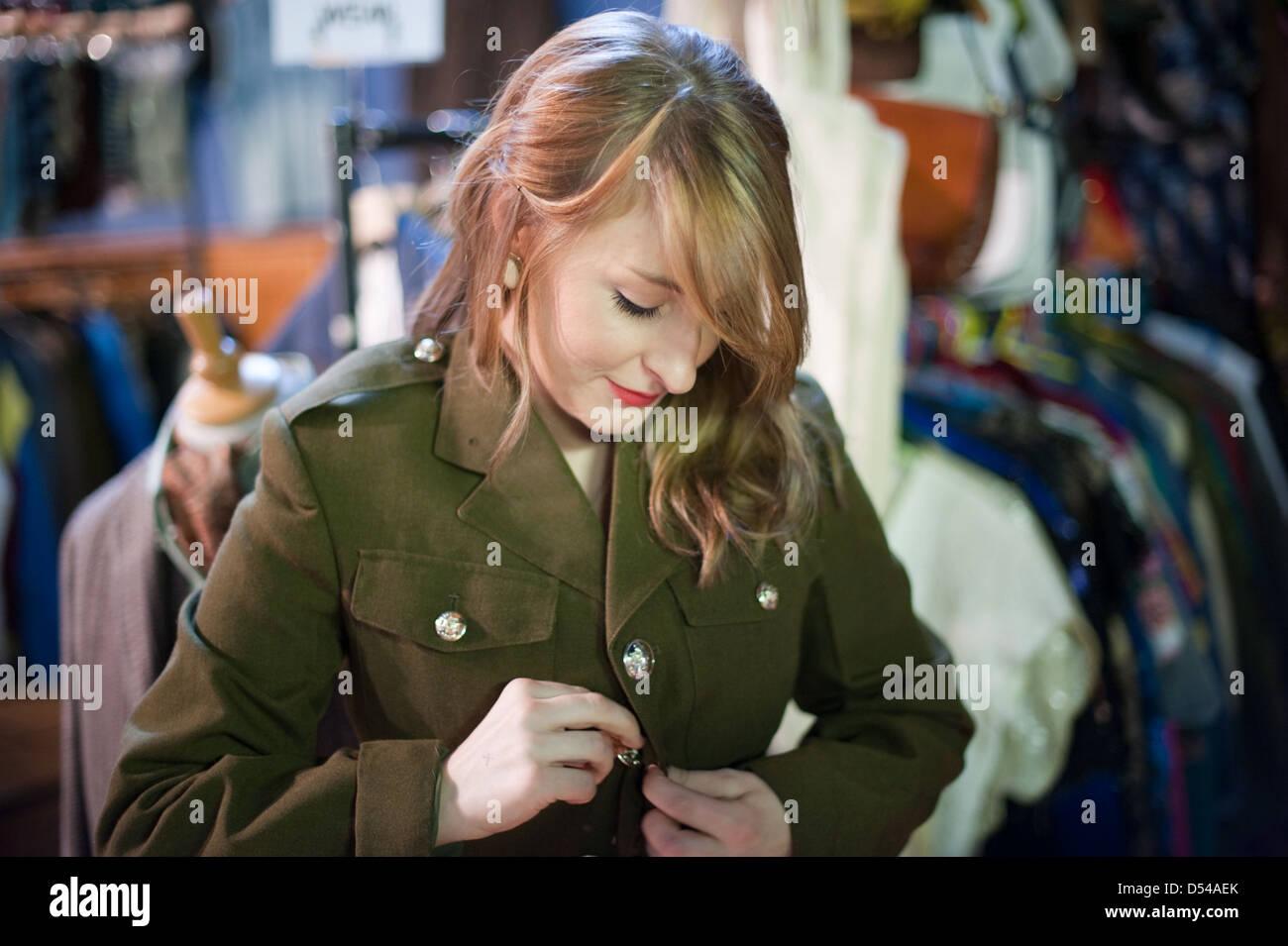 save off d97cc 99f76 Vintage Kleidung Zu Kaufen Stockfotos & Vintage Kleidung Zu ...