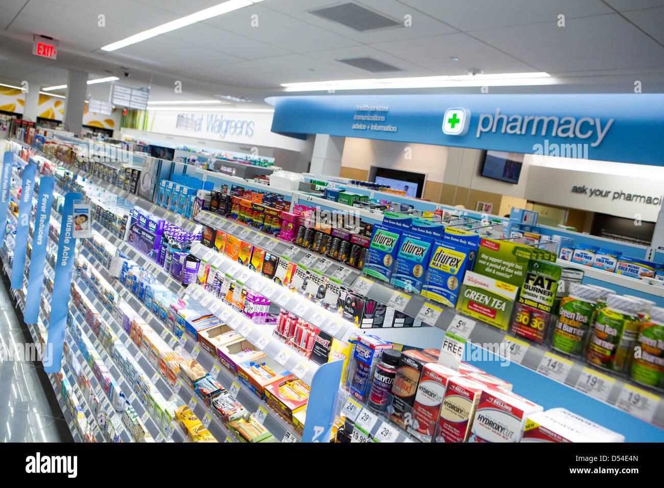 Vitamine und andere Nahrungsergänzungsmittel auf dem Display an einem Walgreens Flagship-Store. Stockbild