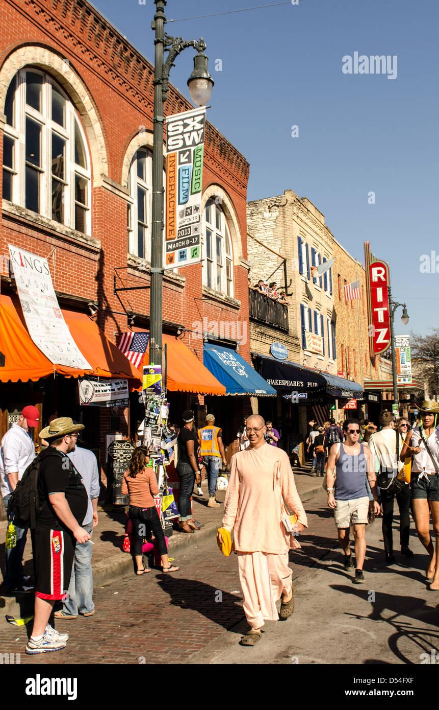 Menschen die 6th Street beim SXSW Festival Austin Texas uns herumlaufen Stockbild