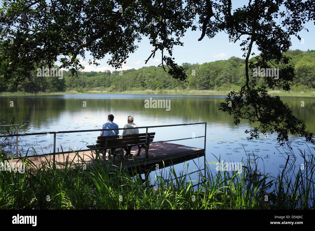 Boitzenburg, Deutschland, sitzen Menschen am See Stockbild
