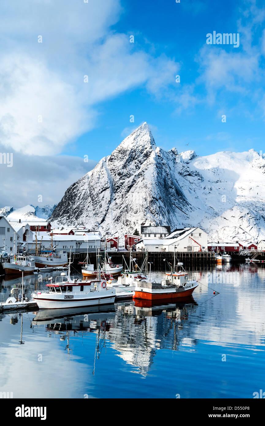 Boote im Hafen von Hamnoy auf den Lofoten, Norwegen Stockfoto