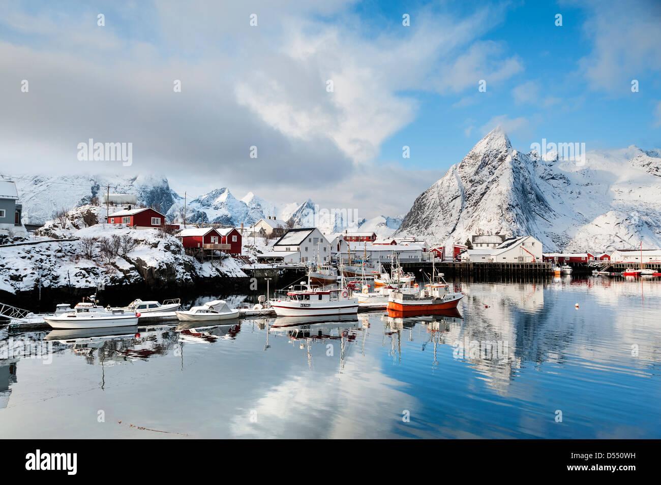 Boote im Hafen von Hamnoy auf den Lofoten, Norwegen Stockbild